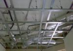 Подвесные и навесные потолки — особенности и отличия